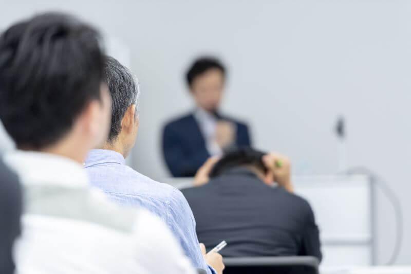会議室でみんなの前で話す男性