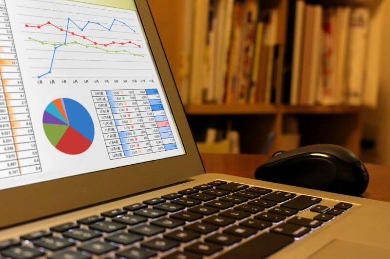 パソコンで会議資料を作っている様子